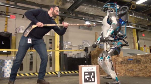 Boston Dynamicsi koerrobot SpotMini katsub jõudu inimesega