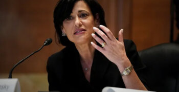 CDC juhataja sõnul näitavad uued murrangulised andmed, et vaktsineeritud inimesed võivad viirust levitada sama palju nagu vaktsineerimata inimesed