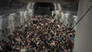 Šokeerivad fotod ja videod sadade Talibani eest põgenevate afgaanidega USA C-17 pardal